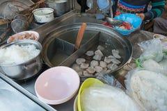 妇女卖在小船的面条在传统浮动市场上 库存图片