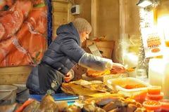 妇女卖在市场上的红色鱼子酱 库存照片
