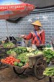 妇女卖在市场上的菜  库存照片