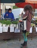 妇女卖在街市上的绿叶 免版税库存图片