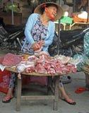妇女卖在街市在颜色,越南上的肉 免版税库存图片