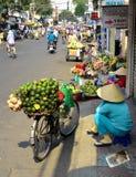 妇女卖大绿色果子的摊贩在越南 库存图片