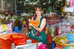 妇女卖新鲜蔬菜在早晨市场朴Khlong Thalat上 库存照片