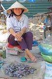 妇女卖海鲜室外在荣市,越南 库存照片
