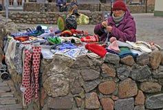 妇女卖温暖的衣裳室外在里加,拉脱维亚 库存图片