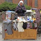 妇女卖纪念品和温暖的衣裳室外在里加,拉脱维亚 图库摄影