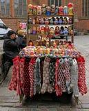 妇女卖纪念品和温暖的衣裳室外在里加,拉脱维亚 免版税库存图片