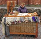 妇女卖纪念品和温暖的衣裳室外在里加,拉脱维亚 库存照片
