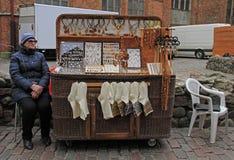 妇女卖纪念品和温暖的衣裳室外在里加,拉脱维亚 免版税图库摄影