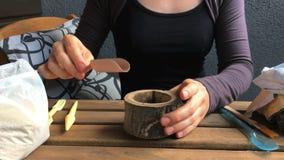 妇女卖花人倾吐土壤对一张木花盆 正面图 特写镜头 股票录像