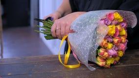 妇女卖花人削减玫瑰与pruner的词根束在花店,手clsoeup 股票录像