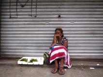 妇女卖菜在沿一条街道的一条边路在安蒂波洛市 图库摄影