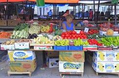 妇女卖菜在街市上在诺维萨德 免版税库存图片