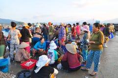 妇女卖鲜鱼在荣市Luong口岸的一个地方海鲜市场上 库存照片