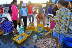 妇女卖鲜鱼在荣市Luong口岸的一个地方海鲜市场上 库存图片
