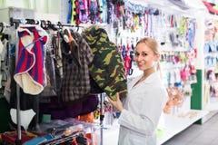 妇女卖主提供的宠物衣裳 免版税图库摄影
