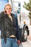 妇女卡车司机谈话在手机与她的调度员 免版税库存图片