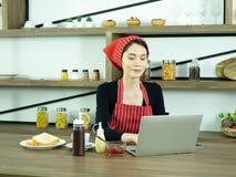 妇女厨师和工作 免版税库存照片
