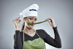 妇女厨师用春天葱 图库摄影