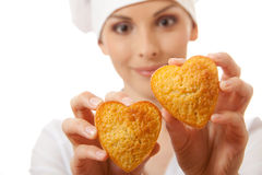 妇女厨师藏品蛋糕 免版税库存照片
