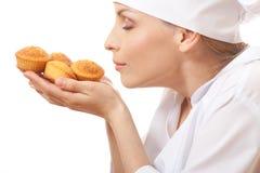妇女厨师藏品蛋糕 免版税库存图片