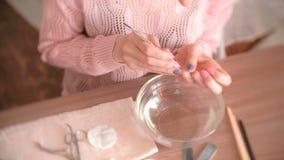 妇女去除表皮与推者 做修指甲  特写镜头手 在桌上的修指甲工具 顶视图 股票视频