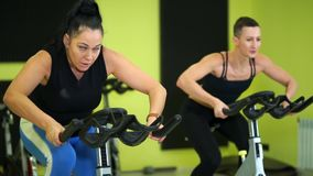 妇女参与小组自行车训练维护体育健身 股票视频