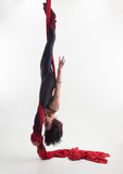 妇女参与空中杂技 免版税库存照片