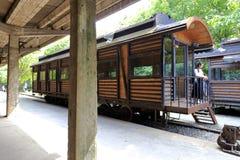 妇女参观老铁路平台在redtory创造性的公园,广州市,瓷 免版税库存图片