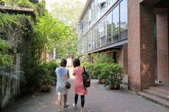 妇女参观redtory创造性的庭院,广州,瓷 库存照片
