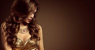 妇女发型,美好的时装模特儿长的布朗发型 免版税库存图片
