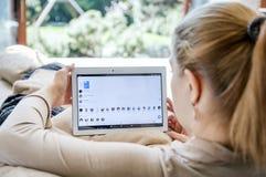 妇女发射在联想片剂的信使应用 免版税库存图片