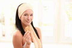 妇女发网藏品曲奇饼的愉快的妇女 库存图片