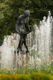 妇女古铜色喷泉有孩子的在比尔森,捷克 免版税库存照片