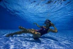妇女叫喊对电话在水中 免版税库存图片