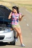 妇女叫对汽车保险服务 免版税库存照片