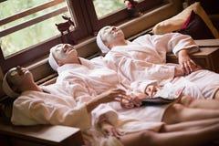 妇女可及面部黏土面具温泉 免版税图库摄影