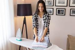 妇女可折叠干净的衣裳 免版税库存照片