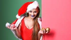 妇女可爱的圣诞老人庆祝新年 圣诞老人女孩圣诞派对化妆舞会 庆祝池边聚会 性感圣诞老人的女孩 免版税库存图片