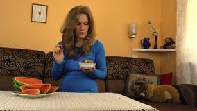 妇女吃†‹â€在白色碗、怀孕营养和维生素的‹果子 免版税库存图片