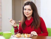 妇女吃与菜的鸡 免版税库存图片