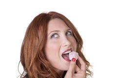 妇女吃土耳其快乐糖 库存图片