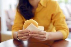 妇女吃多福饼 免版税库存图片