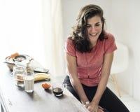 妇女吃早餐膳食概念 免版税库存图片