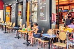 妇女吃晚餐在caffe 免版税库存图片