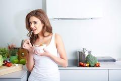 妇女吃着在碗的一salat 库存照片