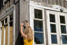 妇女吊马运气的鞋子标志在墙壁上的 库存照片