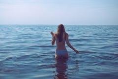 妇女向游泳求助 免版税库存照片