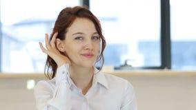 妇女听的秘密小心地 股票视频