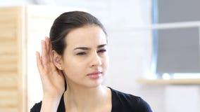 妇女听的秘密小心地 影视素材